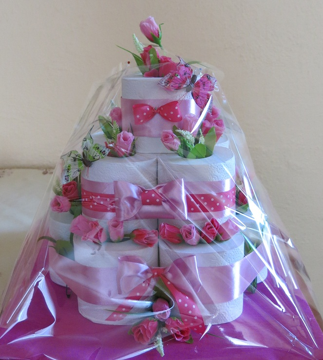 Veselá ružová torta z toaletného papiera