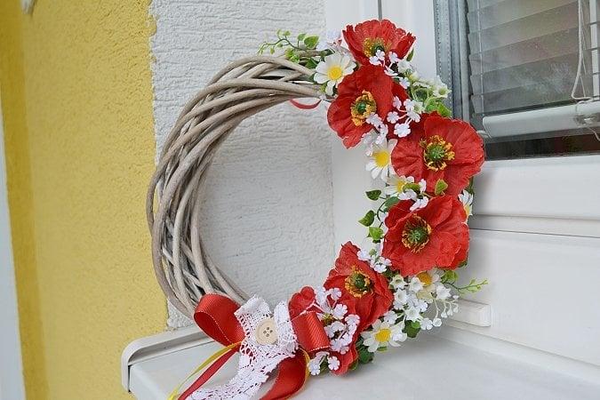 Veniec na dvere s makovými kvetmi