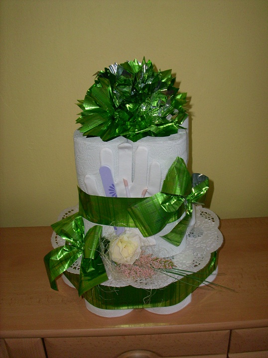 Torta z toaletného papiera s manikúrou