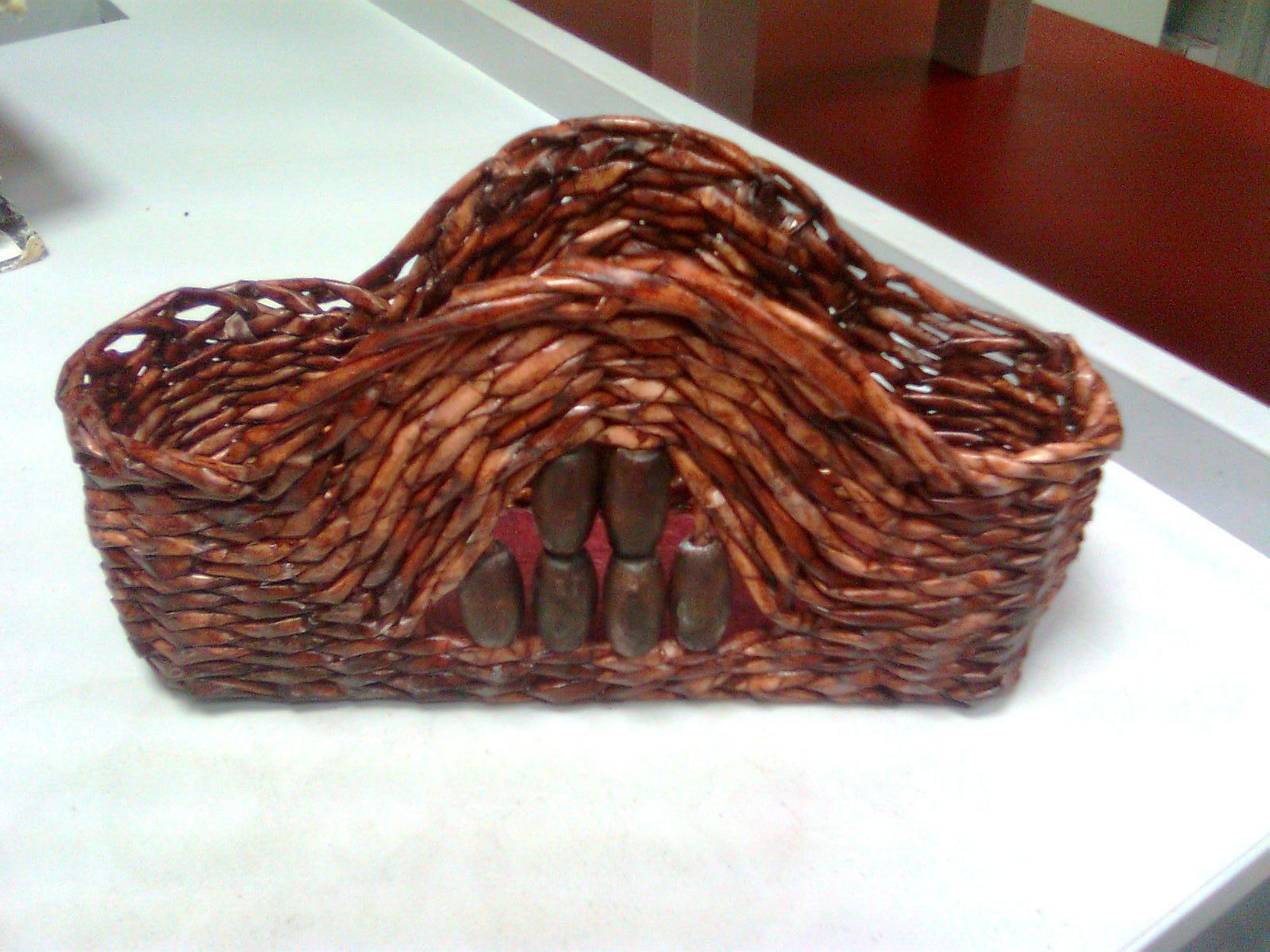 Pletený stojan na servítky z papierových ruličiek