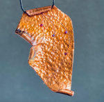 Medený šperk s fialovými korálkami
