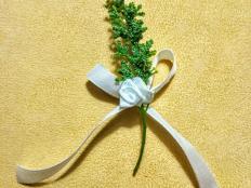 Postup na malú ružičku zo stužky - na svadobné pierko - foto postup