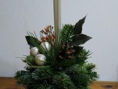 Ako vyrobiť vianočný svietnik zo živých vetvičiek - foto postup