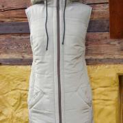 prešívaná vesta s kapucňou