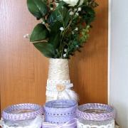 fľaštičky z jogurtu vo fialovej a váza zo sisalového špagáta