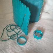 Tyrkysová kabelka s náramkami