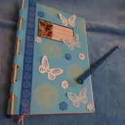 zápisníček a ceruzka pre pani učiteľku