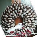 Zimný veniec zo zasnežených lupeňov šišiek