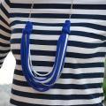 recyklácia trička - modrobiely náhrdelník