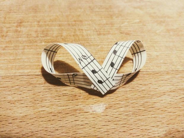Svadobné pierka z notového papiera 7