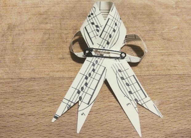 Svadobné pierka z notového papiera 10
