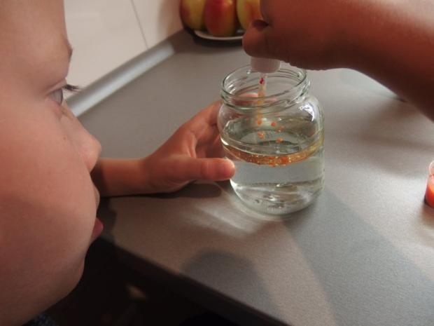 Lávovú lampu si môžte vyrobiť s deťmi aj doma 2