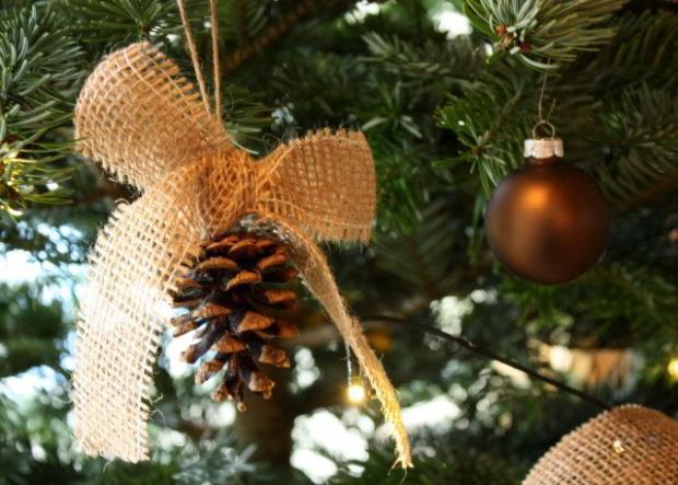 Vianočné ozdoby na stromček z borovicových šišiek