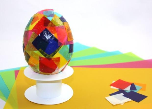 Veľkonočné vajíčko zdobené papierikmi