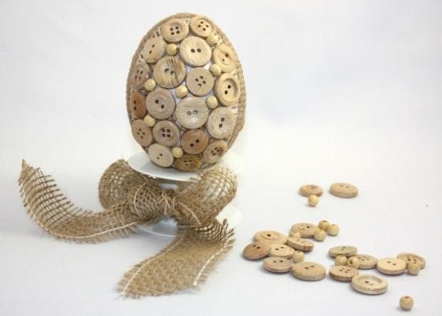 Veľkonočné vajíčko zdobené gombíkmi