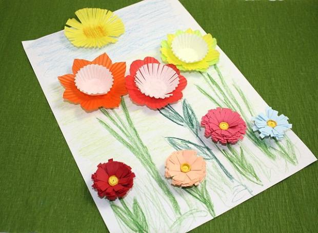 Postup na kvety z papierových košíčkov a pásov papiera