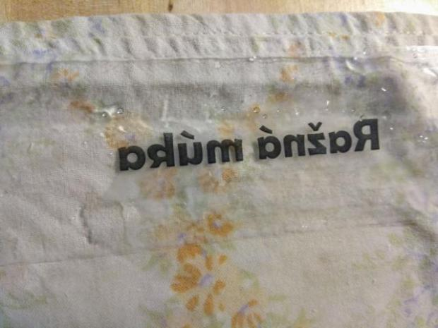Nálepky na sklo z lepiacej pásky alebo ako preniesť text z papiera na lepiacu pásku 4