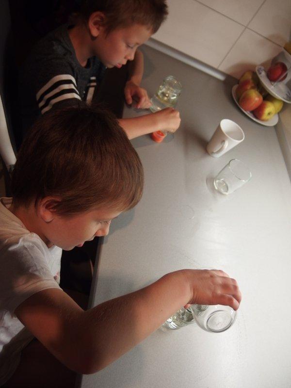 Lávovú lampu si môžte vyrobiť s deťmi aj doma 1
