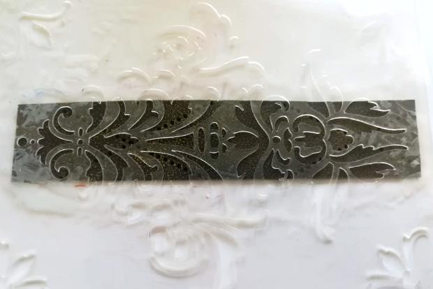 Postup na náramok s reliéfom a kovovým efektom 8