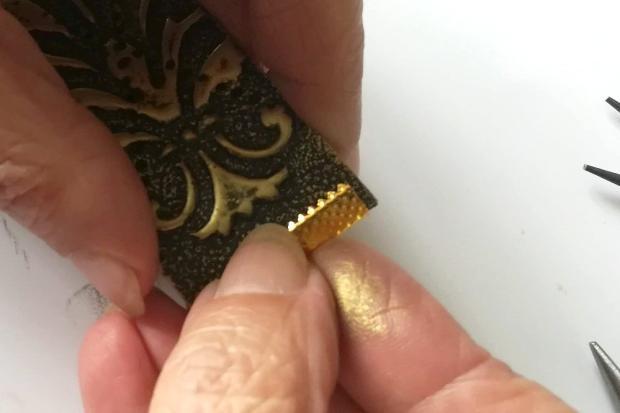 Postup na náramok s reliéfom a kovovým efektom 14