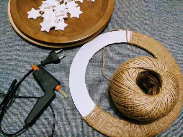 Vianočný veniec z kartónu a špagátu 1