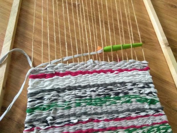 Tkaná listová taška zo starých tričiek s postupom na výrobu tkacieho rámu 5