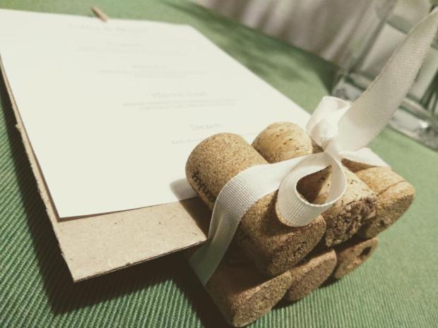 Použite korok na svadobnom stole + šablóna na svadobné menovky 1