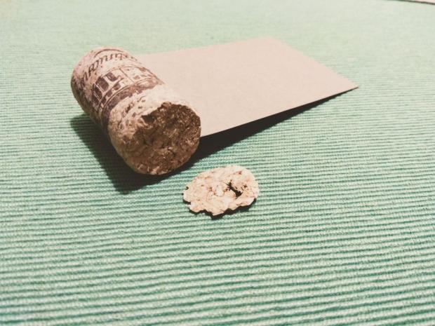 Použite korok na svadobnom stole + šablóna na svadobné menovky 3