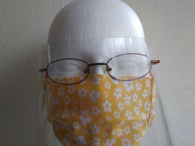 Ako pripevniť improvizovaný ochranný štít na čelenku či okuliare
