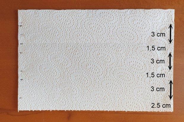 Ako vyrobiť rúško bez šitia z kuchynských papierových utierok 4