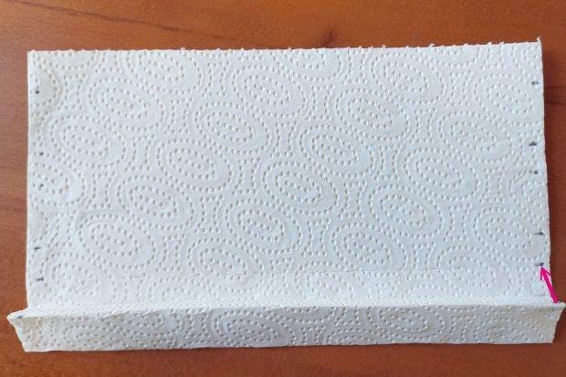 Ako vyrobiť rúško bez šitia z kuchynských papierových utierok 5