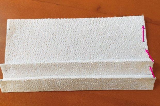 Ako vyrobiť rúško bez šitia z kuchynských papierových utierok 6