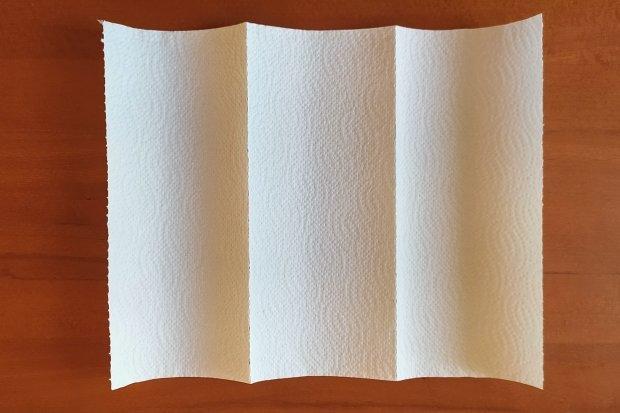 Ako vyrobiť rúško bez šitia z kuchynských papierových utierok 13