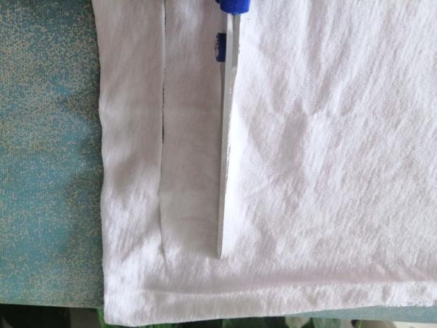 Ako vyrobiť šnúrky na rúško zo starého trička 3