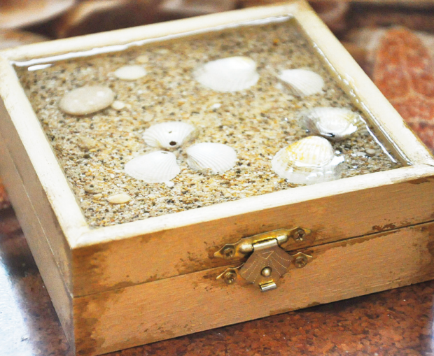 Šperkovnica ozdobená mušľami a krištáľovou živicou - postup 3