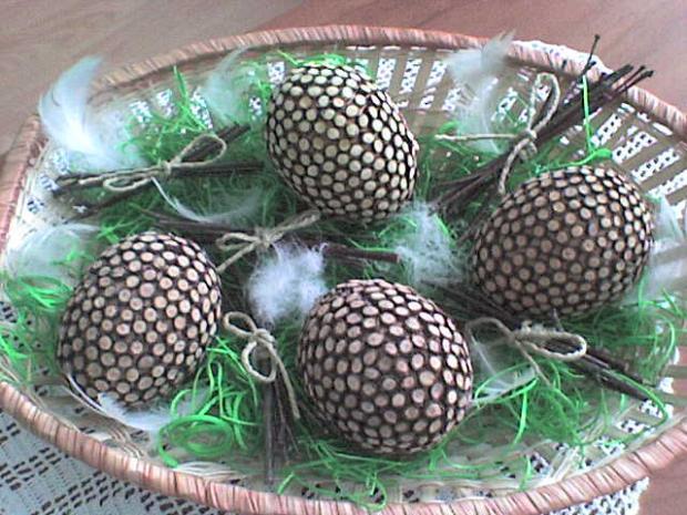 Veľkonočné vajíčka olepované kúskami drievok z brezy, Veľká noc