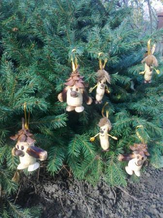 Vianoční škriatkova z korkov, orechov a šišiek