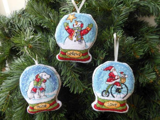 Vyšívané vianočné dekorácie - snežné gule