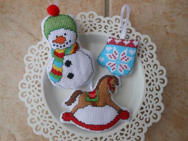 Vyšívané vianočné ozdoby - snehuliak, hojdací koník a rukavica