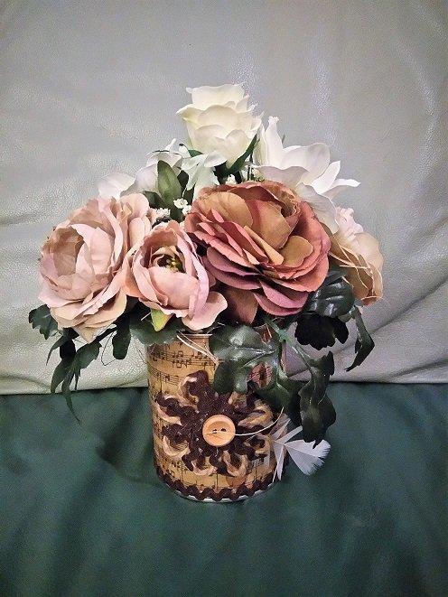 dekorácia - ozdobená plechovka a hnedý ranunculus, Bývanie