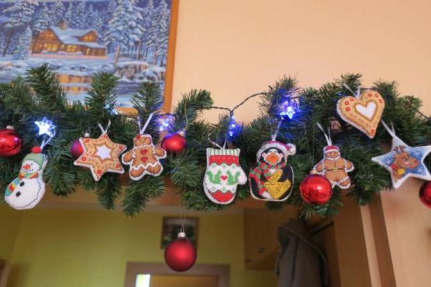 Vyšívanéozdoby na vianočnej girlande