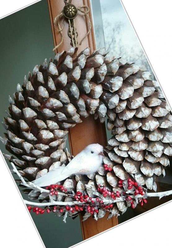 Zimný veniec zo zasnežených lupeňov šišiek , Aranžovanie