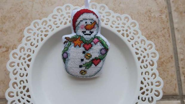 Vyšívaná ozdoba na stromček - snehuliak