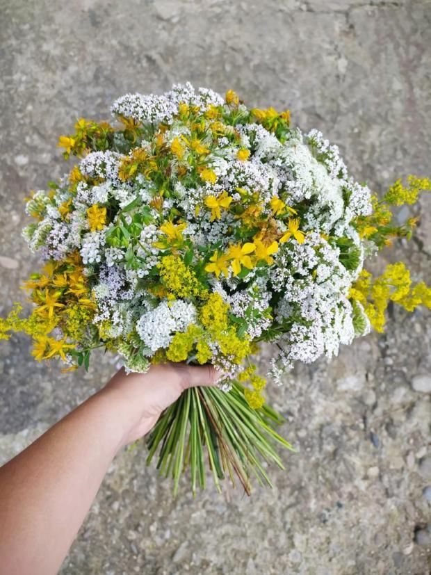 Kytica z lúčnych kvetov v žltobielej kombinácii