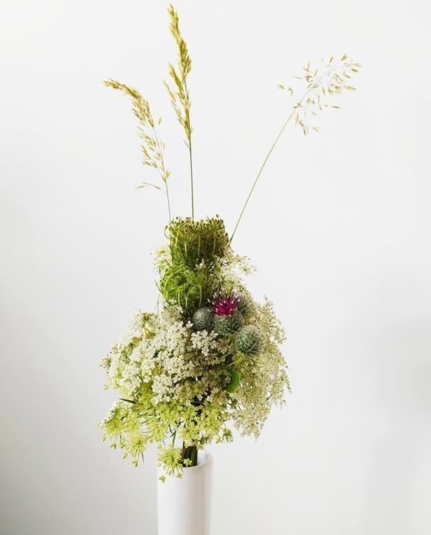 Malá kytička z lúčnych kvetov a trávy