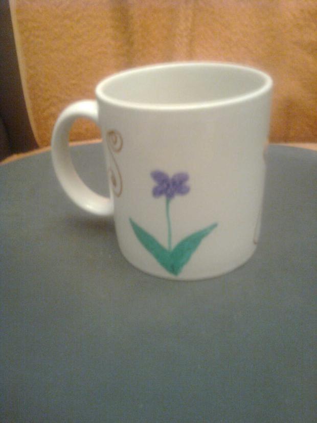 1bdfdd217 Hrnček s fialkami a ornamentmi do aukcie mamy mamám, Na skle maľované
