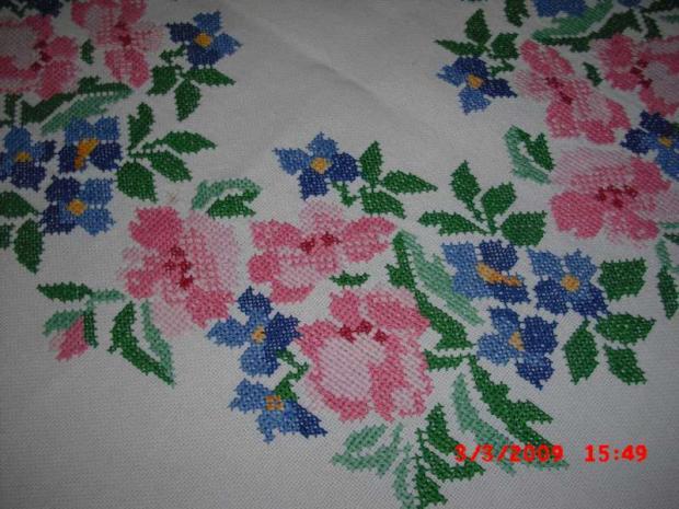 Obrus ružovomodrý - detail výšivky
