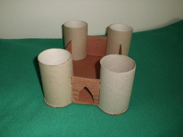 290d94218 1. na kartón si obkreslíme dno ruličky (veže) s medzerami pre pruhy  kartónov (múry). Vystrihneme po obvode, následne vystrihneme pruhy z  kartónu-múry a ...