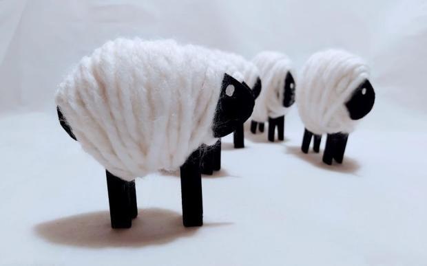 Ovečka z kartónu, vlny a štipcov | Dzenuska