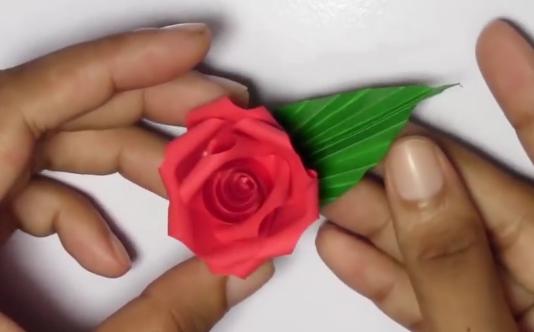 Video: Postup na drobnú papierovú ružičku - foto postup